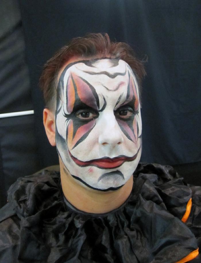 maquillage masque colorée sur une base blanche, lèvres rouges prolongées