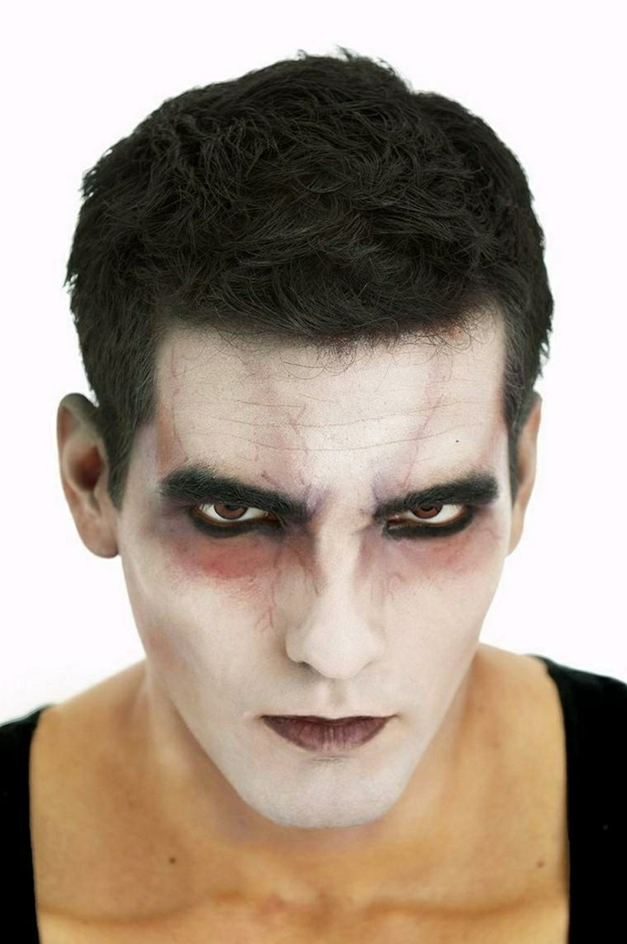 visage d'homme maquillé pour halloween, peinture blanche sur le visage, ombres livides, lèvres marron, maquillage halloween simple