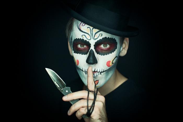 maquillage d'halloween populaire, crâne de sucre mexicain, un homme qui tient un couteau et tete de mort maquillage