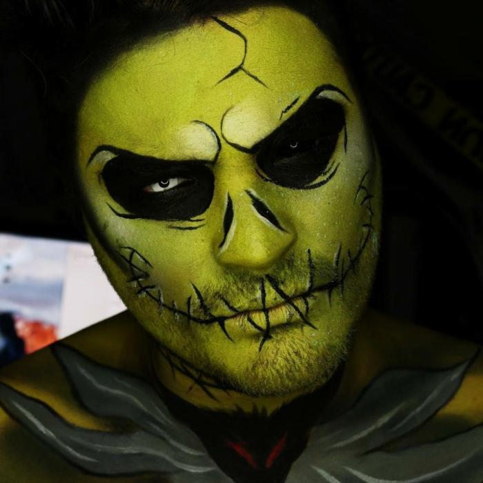 homme aux cercles noirs, visage vert, lèvres cousues, peinture sur corps, maquillage halloween simple homme
