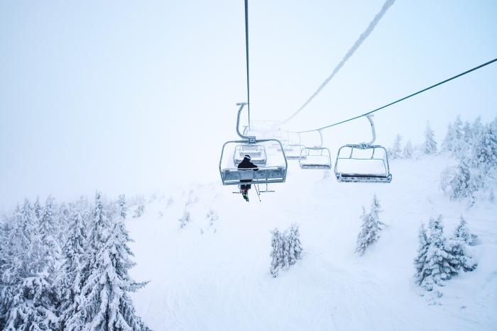 paysage incroyable en hiver avec téléphérique et forêt enneigée, idée fond d écran gratuit pour ordinateur sur le thème hiver