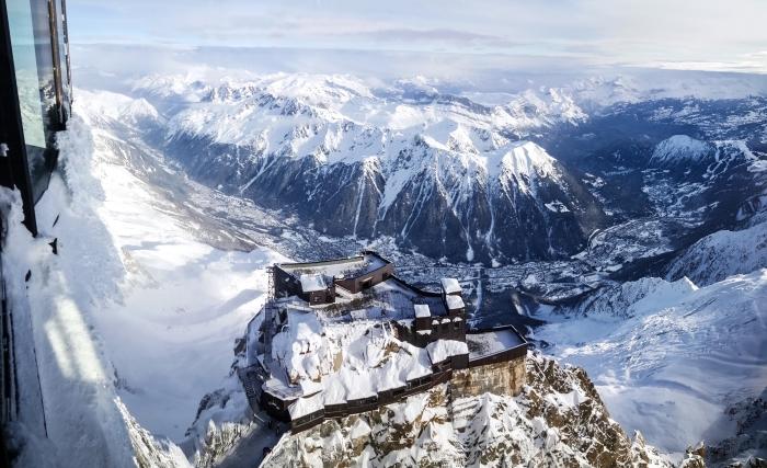 photo de la vue de téléphérique vers une forteresse enneigée sur un colin, paysage hiver avec vue d'oeil d'oiseau sur les montagnes