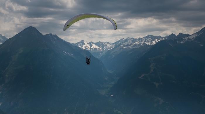fantastique fond d écran hiver inspirante, photo de vol au-dessus des sommets enneigés et au ciel nuageux