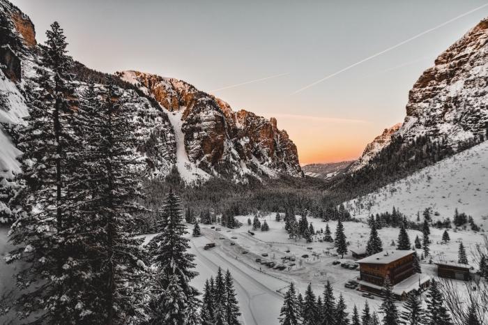 paysage de noel pour fond d'écran ordinateur, magnifique photo de paysage hivernal dans un petit village dans les montagnes
