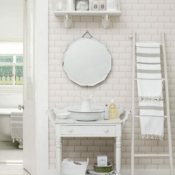 salle de bain blanche, miroir rond, carreaux métro, échelle blanche, rayon bois blanc, carafe et ustensiles rétro