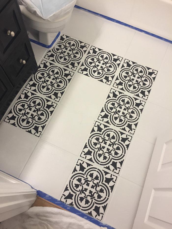 renovation de toilette avec peinture blanche pour carrelage et pochoir avec motifs en noir