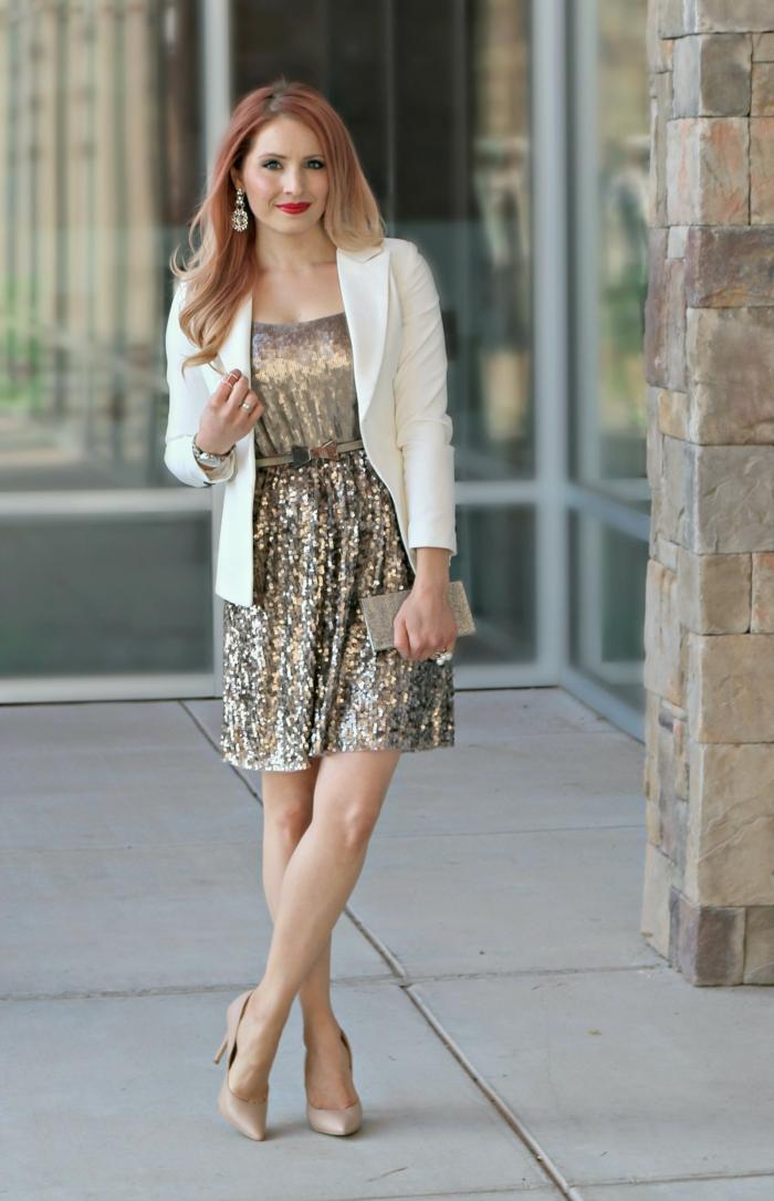 robe bustier lumineuse, veste blanche, escarpins nude, style vestimentaire de nouvel an femme
