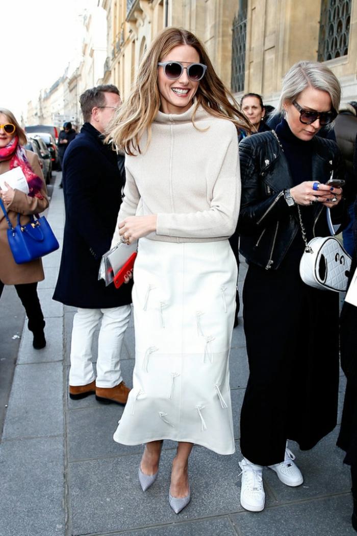 jupe sirène, blouse blanche, veste suedine, pantalon chic noir, sac blanc, lunettes femme tendance, chaussures de sport