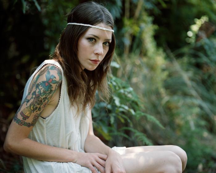 modele tatouage manchette femme brune style boheme hippie chic avec tattoo fairy tale sur épaule