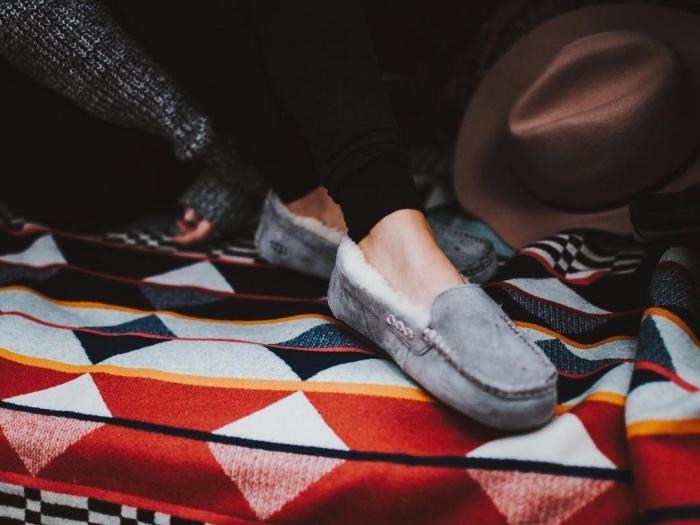 paire de pantoufles cozy en gris, accessoire comfy pour femme, idée cadeau anniversaire maman, accessoires style bohème