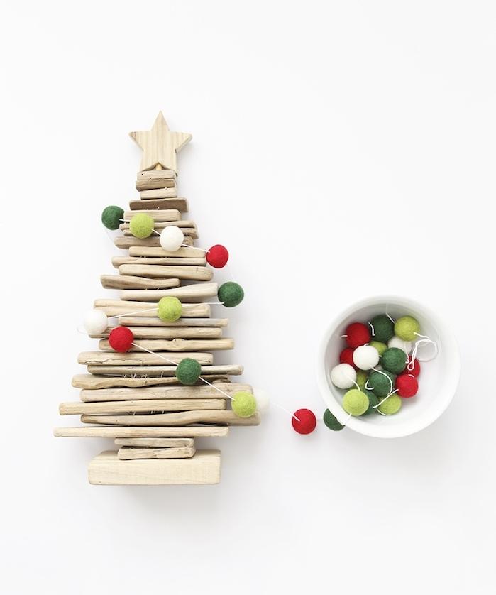 petite décoration de noel à fabriquer en bois, sapin bois flotté miniature avec guirlande de pompons minaitures