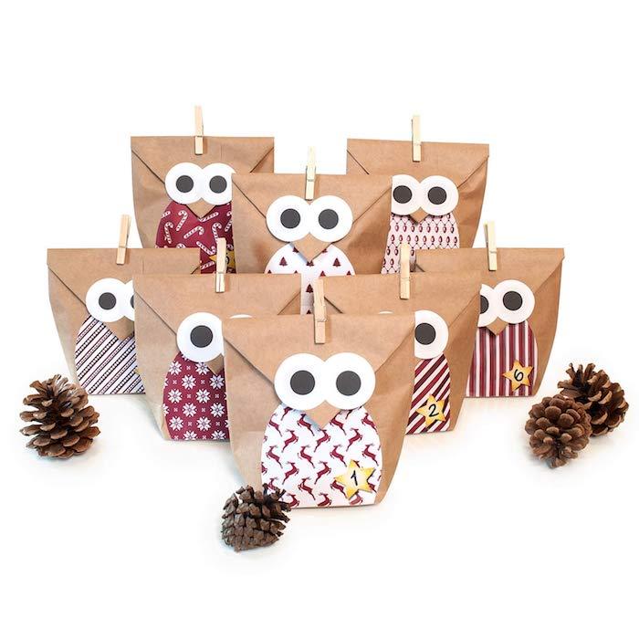 sachets kraft à motif hibou fermés avec pinces à linge avec de petits cadeaux surprise à l intérieur, calendrier de l avent enfant