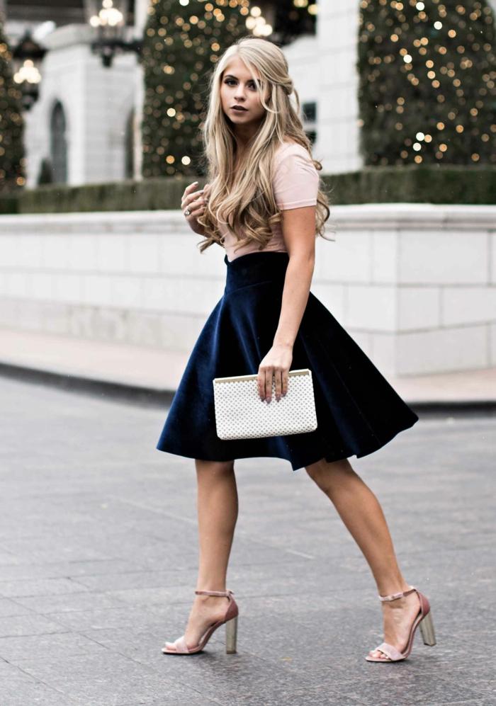Femme blonde à cheveux longs, jupe courte trapèze associé aux sandales à talon et t shirt manche courte