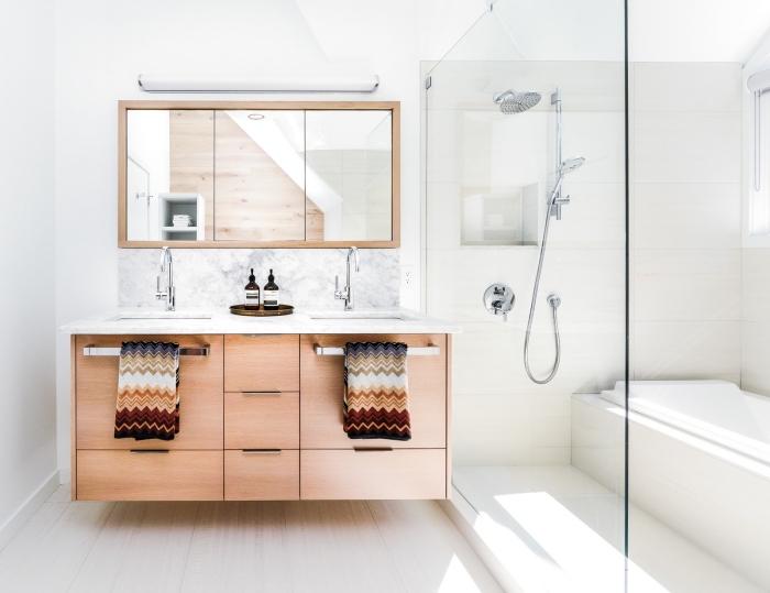 meuble sous vasque en bois avec comptoir marbre, idée déco stylée dans une salle de bain avec baignoire