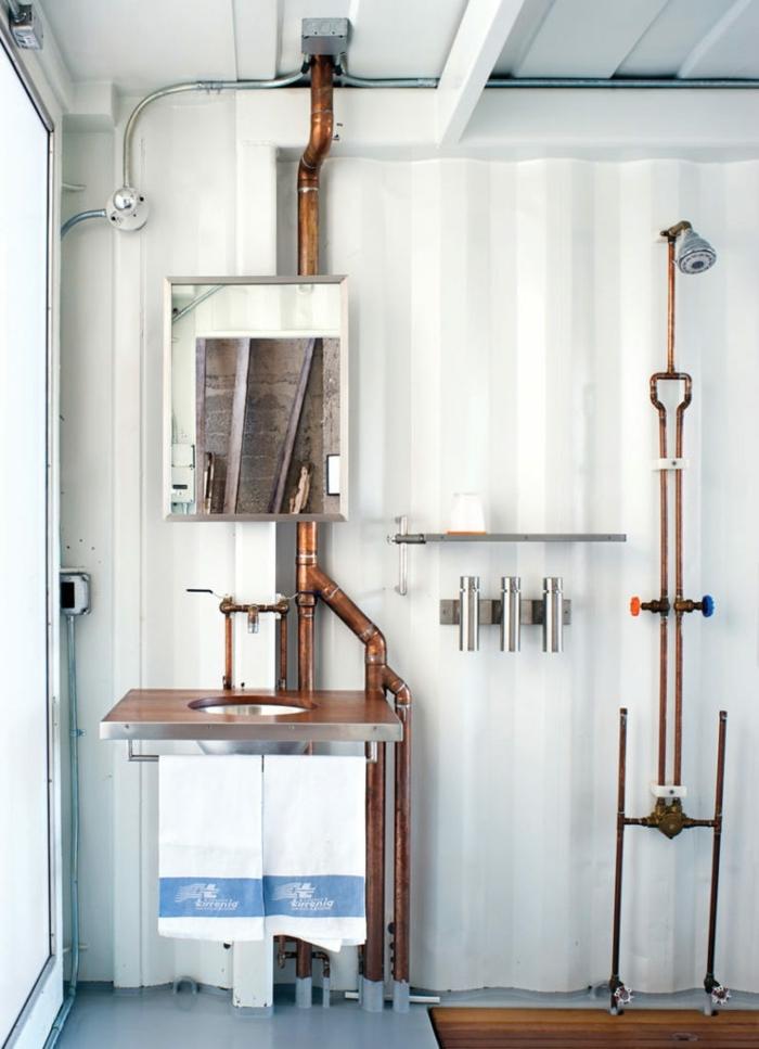 agencement salle de bain blanche, robinets cuivrés, lavabo style industriel, design brut et simple de salle d'eau bois et blanc