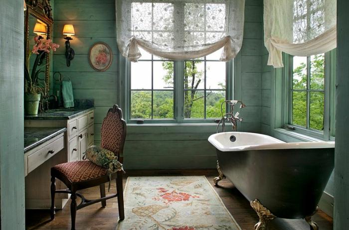 baignoire vintage asymétrique, appliques murales, lambris mural décoratif, tapis beige aux motifs floraux, chaise rétro rouge