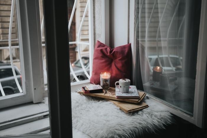 recette chocolat chaud, décoration d'intérieur cozy avec coussin rouge et plaid en fausse fourrure blanche, boisson chaude au chocolat