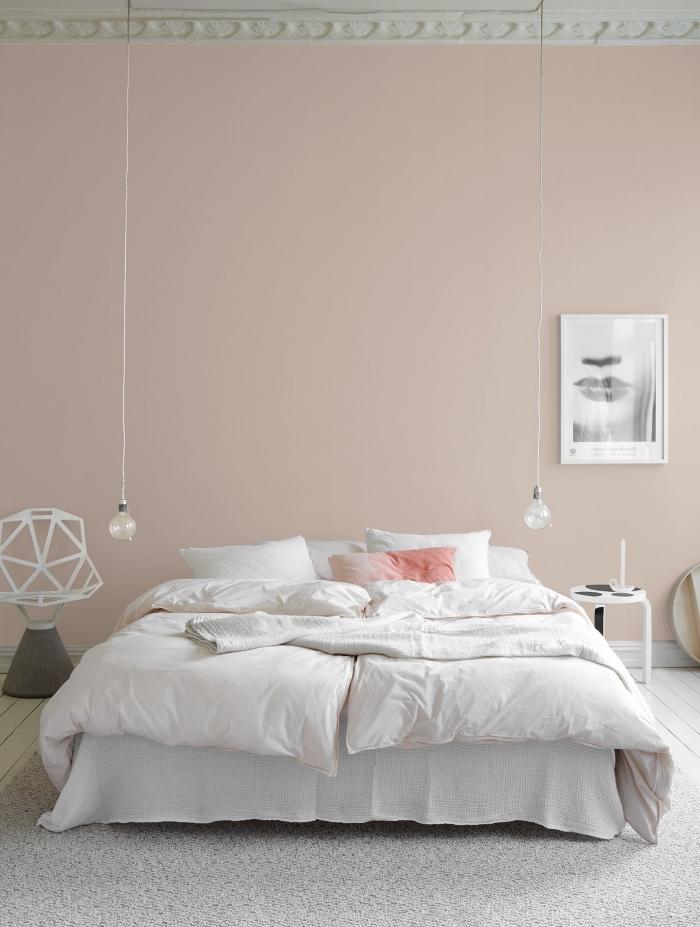 couleur neutre pour une chambre, peinture murale de nuance crémeuse combinée avec plafond et plancher en blanc