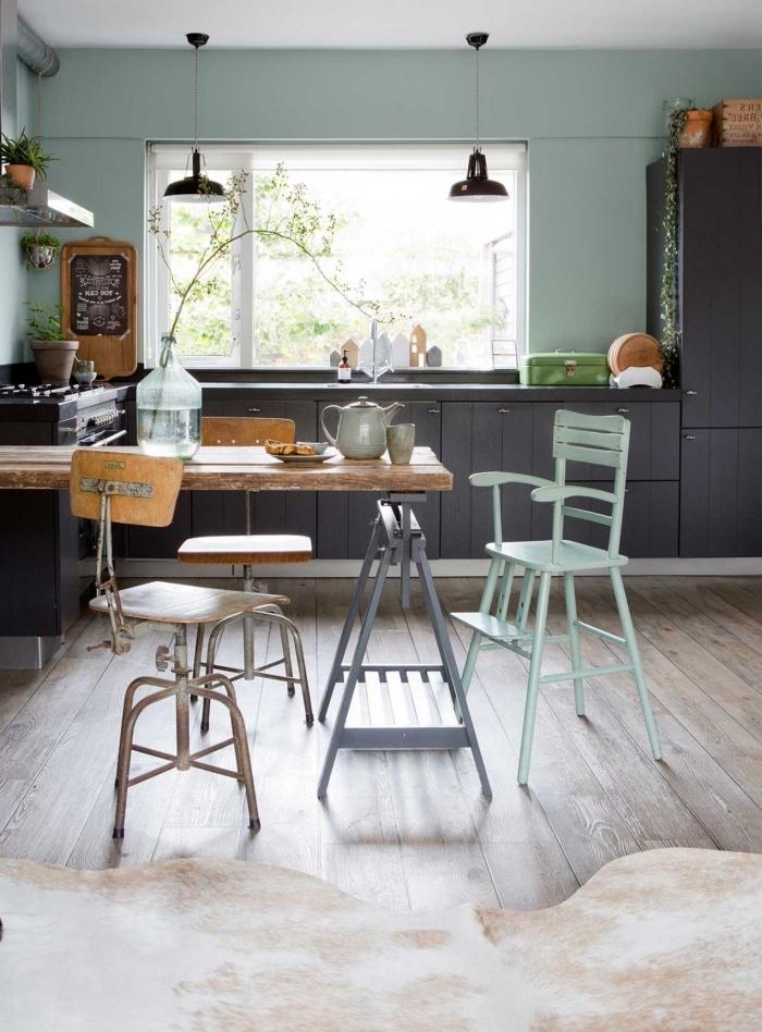 déco de cuisine couleur vert d'eau ou vert gris, implantation cuisine en U avec îlot en bois brut, peinture murale nuance vert pastel