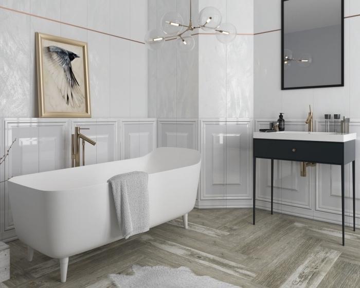 carrelage mural salle de bain luxueux en blanc et gris clair avec frise en cuivre, déco de salle de bain design avec baignoire