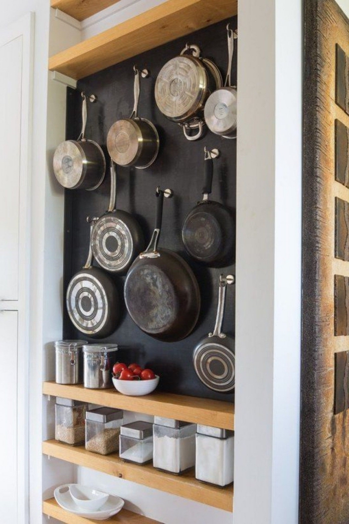 astuce pinterest pour organiser ses ustensiles de cuisson, niche murale en ardoise avec étagères en bois et des crochets pour y suspendre des casseroles et des poêles
