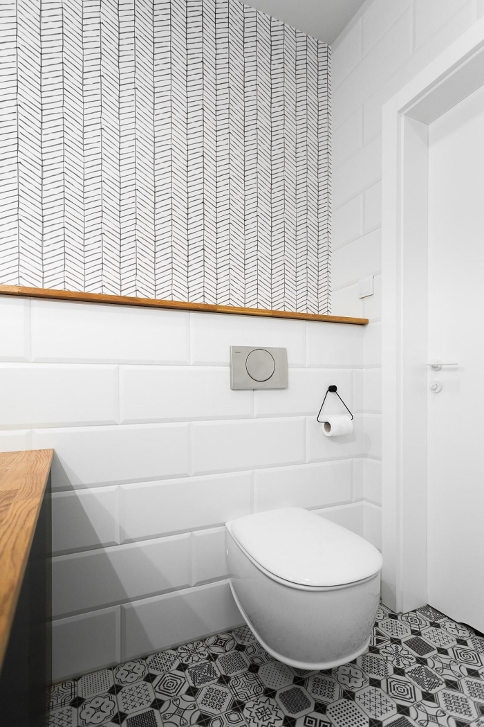 rénovation salle de bain avec toilette, quelles couleurs associer dans un petit espace, revêtement mural carrelage textures
