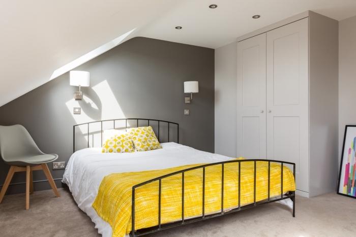 déco chambre sous pente aux murs et plafond blanc avec mur accent en gris, idée couleur mur chambre 2019