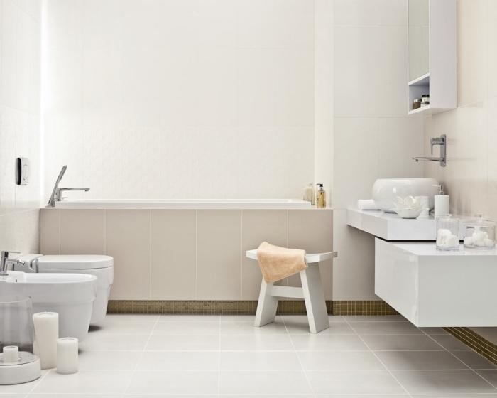 design impressionnant et minimaliste dans une salle de bain avec baignoire, déco style moderne en nuances de blanc