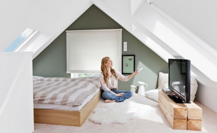 optimisation espace sous pente, idée peinture grise et verte tendance, déco chambre à coucher cocooning avec meuble de bois