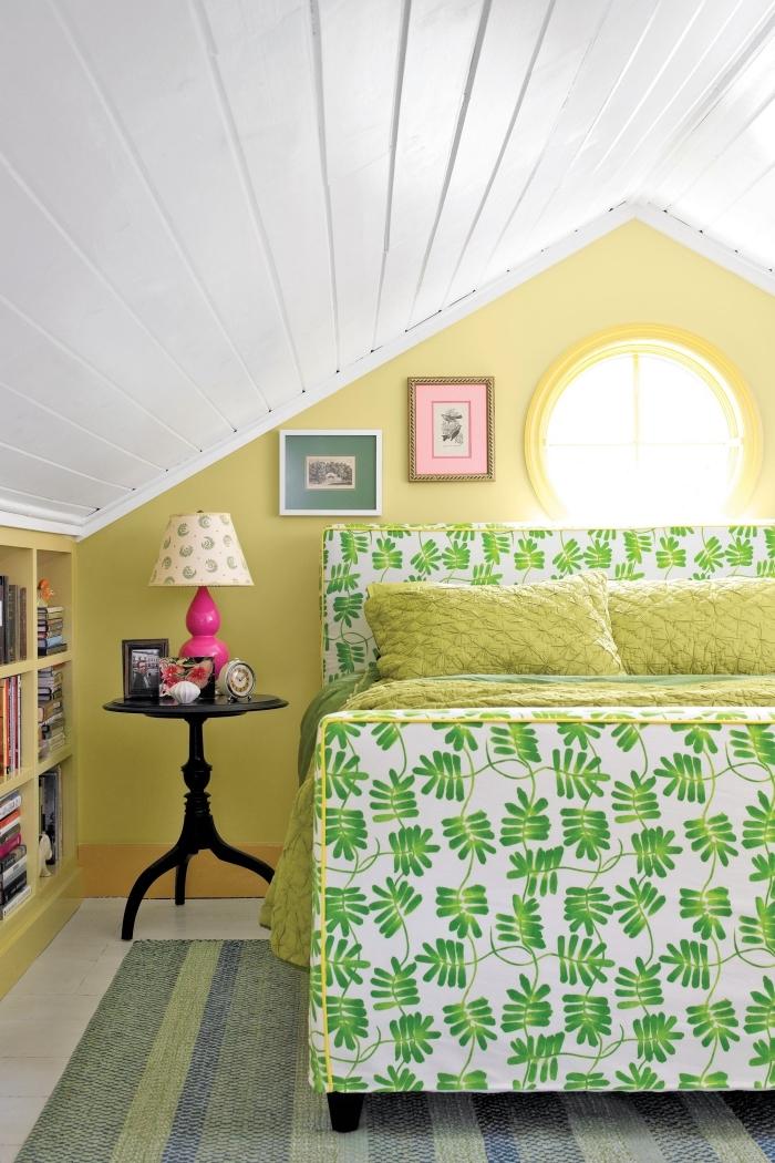 idée couleur chambre à coucher, déco sous combles avec petite fenêtre, peinture murale en jaune et plafond blanc