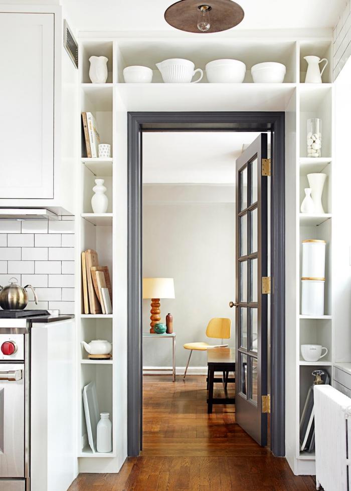 aménager des étagères tout autour de l'encadrement de porte pour exploiter les recoins et y ranger la vaisselle de cuisine er des petits objets déco, idée de meuble rangement cuisine fonctionnel