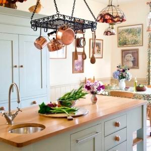 Trouvez l'astuce rangement cuisine qui va mettre de l'ordre dans chaque tiroir et chaque placard