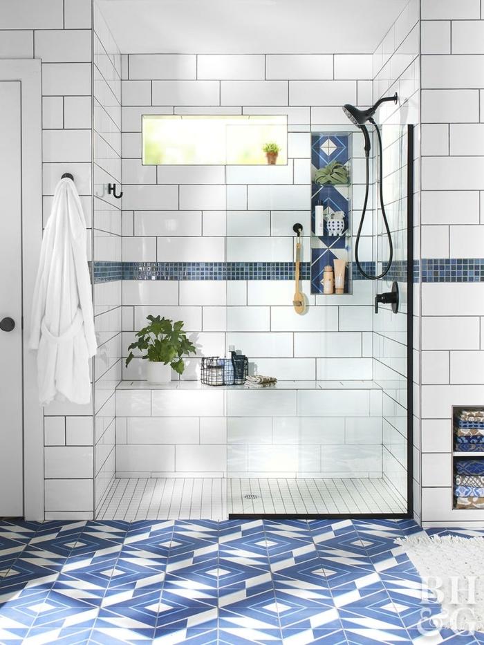salle de bain blanche aux frises murales bleus, carreaux muraux métro blancs, paroi verre profilé noir, douche noire