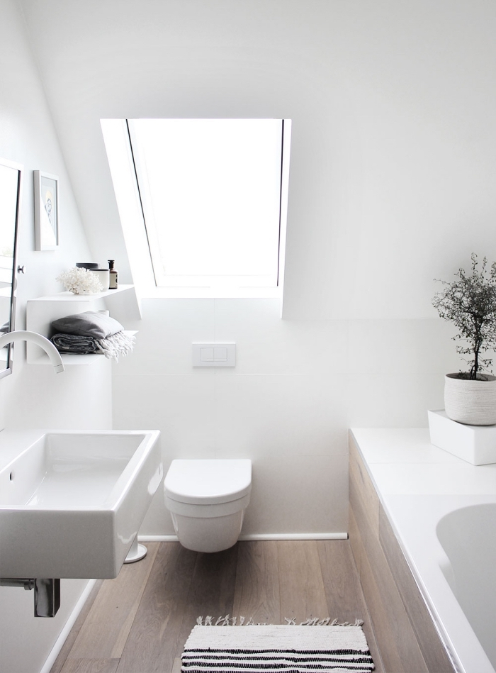 comment aménager une salle de bain sous pente, exemple de déco minimaliste en blanc et bois avec tapis et serviette cozy