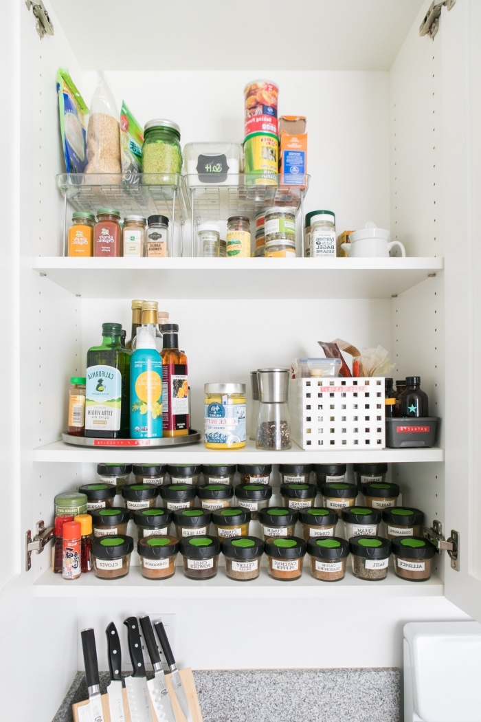 astuces de rangement placard cuisine pour mieux organiser les boîtes à épices et les aliments, des organisateurs et des boîtes en plastique pour ranger les aliments et les épices
