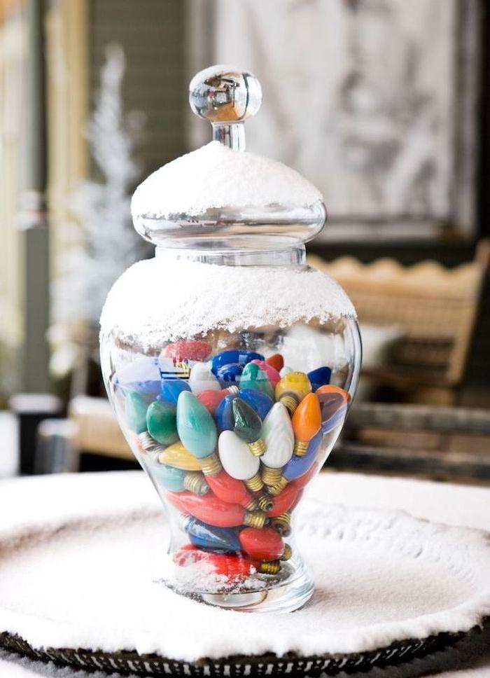 deco de noel a faire soi meme avec recup, grand bocal à bonbons en verre rempli d ampoules électriques colorées et de la neige artificielle dessus