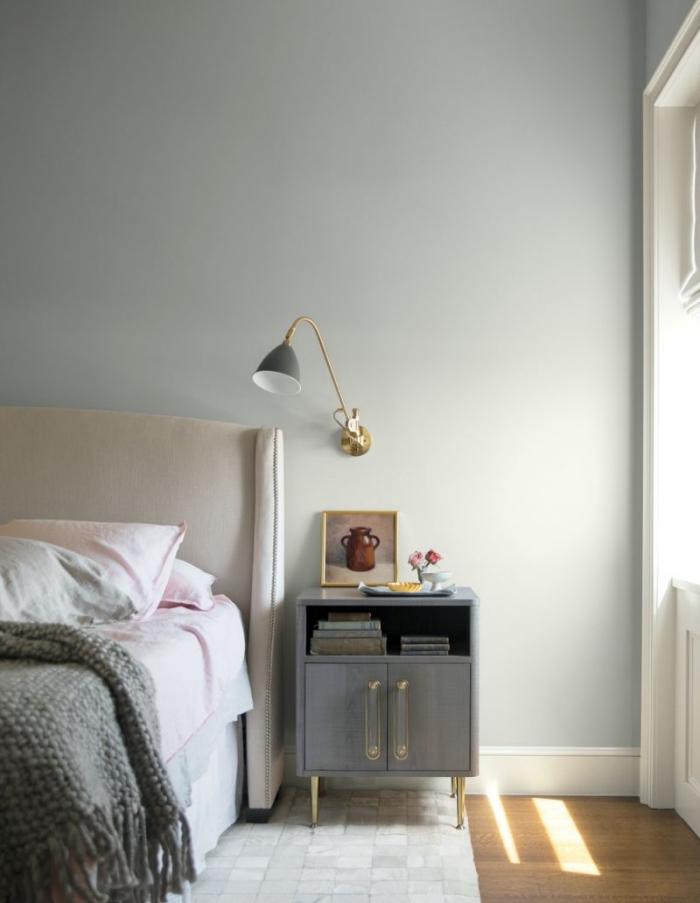 tendance deco 2018 2019, peinture chambre a coucher nuance gris clair, déco de chambre au parquer bois et murs gris