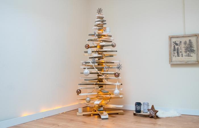 sapin en planches de palette, boules de noel et flocons de neige décoratives, bocaux décoratifs, tableau scandinave