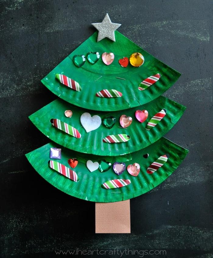 recyclage caissette à muffins couleur verte pour fabriquer un sapin de noel décoré de strass et autres petites decorations, bricolage sapin de noel