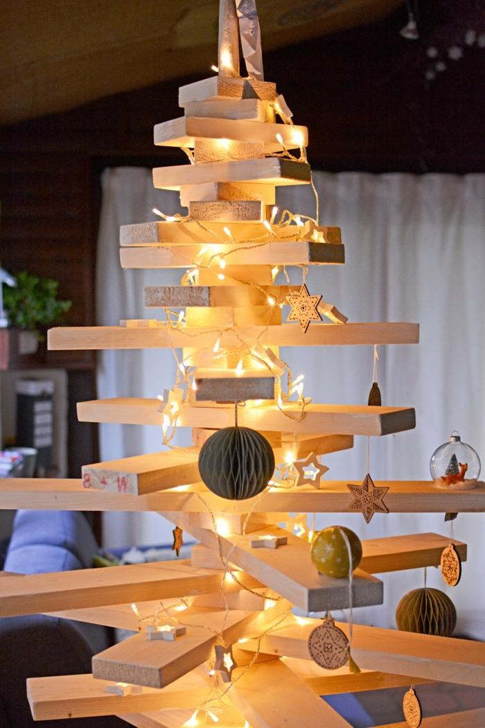sapin en bois décoré d'ampoules électriques, guirlande d'ampoules, pinatas, planches croisées et clouées
