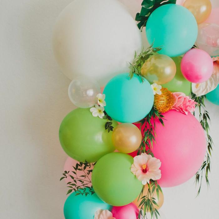 décoration de ballons et de fleurs, feuillage, hibiscus rose, petits ballons collés, décoration originale