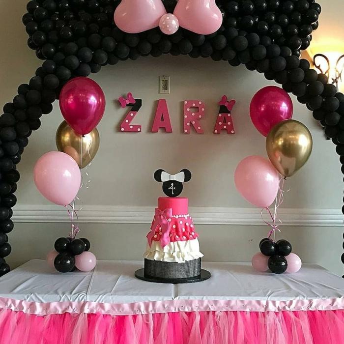 déco ballons minnie mouse, ballons noirs en grande arche décorative, papillon rose créé avec deux, gâteau minnie, ballons roses