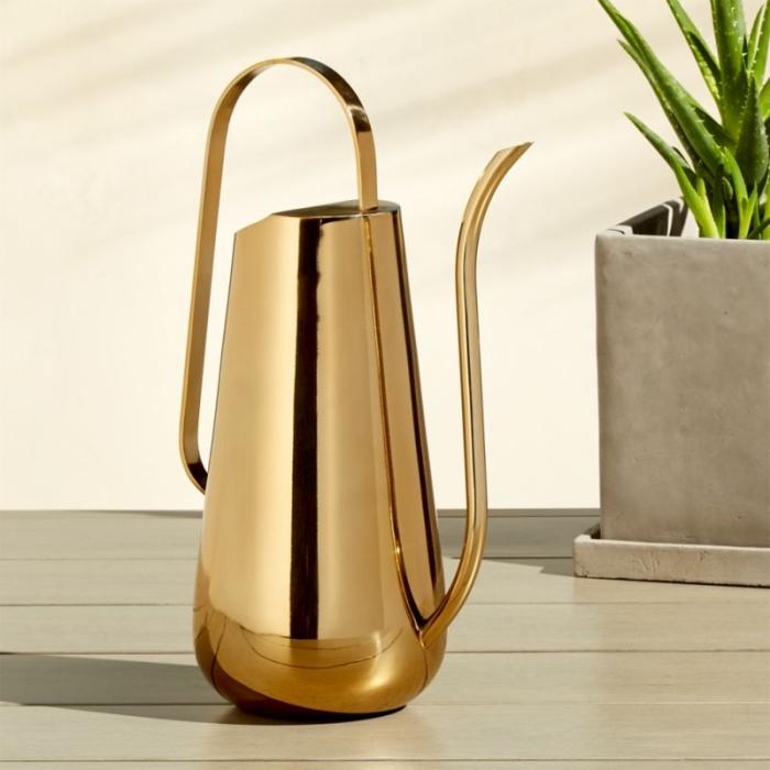 accessoire de jardinage, modèle arrosoir doré pour femme, idee cadeau fille qui aime les plantes, objet pour cultiver fleurs