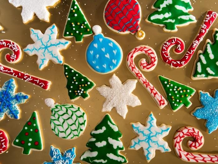 recette biscuit noel, décoration bredele de noel facile, préparation glaçage royal avec colorant alimentaire, sable de noel facile et rapide