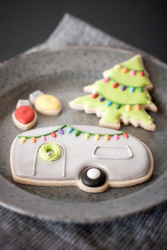 bredele alsacien avec décoration mignon en fondant de couleurs variées, exemple biscuit noel en forme de sapin avec lumières de noel