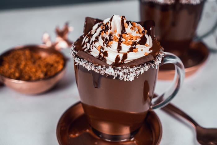 comment servir du chocolat chaud préparé à la maison dans un verre givré de noix de coco et chocolat fondu