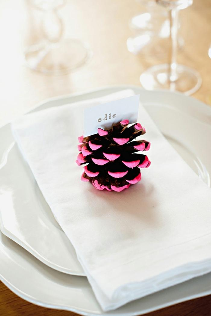 assiettes superpos es serviette blanche pomme de pin aux pointes peinte roses qui indique le nom dun invit  deco table noel a fabriquer e1541168263653