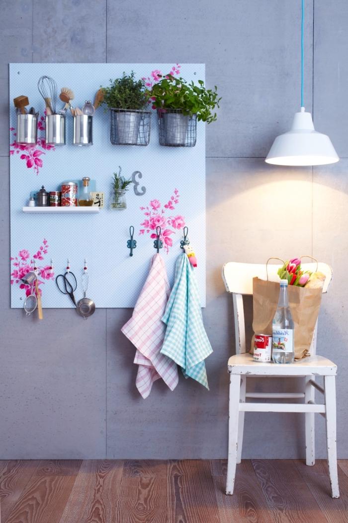 astuce deco dans la cuisine avec un tableau mural perforé qui sert de rangement mural et d'un élément déco de style champêtre