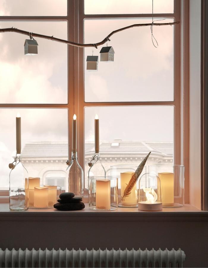 astuce ikea pour créer une jolie déco rebord de fenêtre avec des bougeoirs en verre, des cloches et une branche décorative suspendue, composition déco à fabriquer deco noel