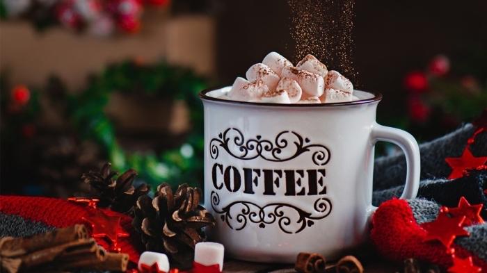 boisson de Noel facile à préparer, mug tasse de café blanche à lettres café et motifs volutes, comment servir une boisson chaude aux guimaves